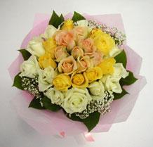 sari ve beyaz gül karisimda   Bingöl Gölüm Çiçek çiçek , çiçekçi , çiçekçilik