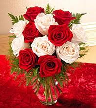 Bingöl Gölüm Çiçek uluslararası çiçek gönderme  5 adet kirmizi 5 adet beyaz gül cam vazoda