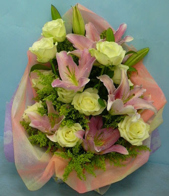11 adet gül ve 2 adet kazablanka buketi  Bingöl Gölüm Çiçek internetten çiçek satışı