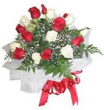 Bingöl Gölüm Çiçek çiçek , çiçekçi , çiçekçilik  12 adet kirmizi ve beyaz güller buket