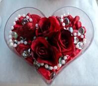 Bingöl Gölüm Çiçek cicek , cicekci  mika kalp içerisinde 3 adet gül ve taslar