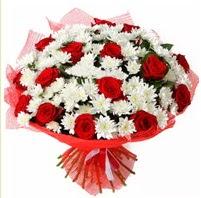 11 adet kırmızı gül ve beyaz kır çiçeği  Bingöl Gölüm Çiçek internetten çiçek satışı