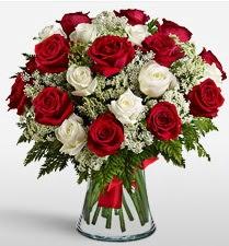 Vazoda 12 kırmızı 12 beyaz gül tanzimi  Bingöl Gölüm Çiçek uluslararası çiçek gönderme