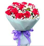 12 adet kırmızı gül ve beyaz kır çiçekleri  Bingöl Gölüm Çiçek çiçekçi mağazası