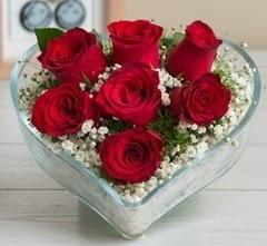 Kalp içerisinde 7 adet kırmızı gül  Bingöl Gölüm Çiçek çiçek gönderme sitemiz güvenlidir